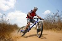 מבחן אופניים אידאל VSR קומפ. כמעט שכחנו כמה כיף זה אופניים 26 אינץ\'. זריזי היגוי, ואוהבים ניהוג מהישבן, האידאל יתגמלו רוכב מיומן עם חדות ושמחת חיים כיפיים. צילום: פז בר