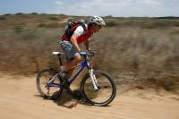 מבחן אופניים אידאל VSR קומפ. אופני שבילים מהירים. דיווש בעמידה חושף בובינג של הבולם האחורי. נעילה שלו - פעולה מהירה וקלה - פותרת את הבעיה. צילום: פז בר