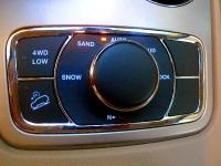 מבחן רכב ג\'יפ גרנד צ\'ירוקי לימטד. פנסי קסנון, גג שמש, דלת אחורית חשמלית, פנים משופר מאוד ותיבת הילוכים משוכללת. האם זה הגרנד צ\'ירוקי הכי טוב שהיה אי פעם? צילום: פז בר