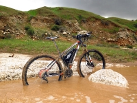 מבחן אופניים KTM e-RACE 29. מים וחשמל בנחל אשתמוע. 15,900 שקלים ואין יותר עליות בשטח. צילום: רוני נאק