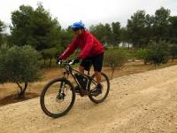 מבחן אופניים KTM e-RACE 29. זוללים שבילים - אפשר לנצל את המורד כדי לטעון את הסוללה - המנוע מחליף תפקיד לגנרטור. צילום: רוני נאק