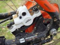 """מבחן אופניים KTM e-RACE 29. מעצורי טקטרו נושכים דיסקים בקוטר 180 מ""""מ ומנתקים את המנוע החשמלי ברגע הלחיצה. צילום: רוני נאק"""