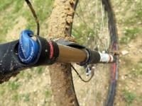"""מבחן אופניים KTM e-RACE 29. מתלה קדמי טוב שמקבל חיזוק בדמות ציר גלגל 15 מ""""מ ואפשרות לנעילה וכיוון עדין. צילום: רוני נאק"""