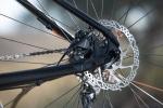 """מבחן אופניים ק.ט.מ אולטרה 1964 לימטד אדישן. דיסק אחורי 180 מ""""מ וקליפר מוסתר בין התמוכות - נייס! צילום: תומר פדר"""