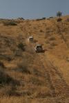 טיפוס תלול של שני טויוטה לנדקרוזר לעבר חורבה בצלע המזרחית של מלכישוע