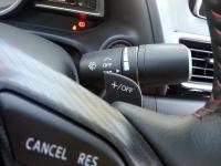 בייקמוביל מאזדה 3 החדשה. למנוף ההילוכים אין מצב ספורט - אבל יש משוטים בגב גלגל ההגה - מצופה העור +תפר אדום! צילום: רוני נאק