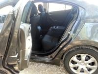 בייקמוביל מאזדה 3 החדשה. בסיס גלגלים ארוך אך לא מנוצל - הנה מפתן דלת צר ומושב אחורי עם בעיית מרווח לברכיים. צילום: רוני נאק