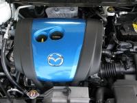 מבחן דרכים מאזדה CX5. כיסוי מנוע כחול לא מסתיר את המפרט שמגלה כי מדובר במנוע כמעט רגיל לגמרי.  צילום: רוני נאק