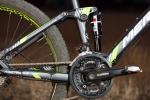 מבחן אופניים מרידה 120-400. שיכוך מלא עם גלגלי 26 אינץ ותקציב של 4,200 שקלים. בולם אחורי DAIDON עם קפיץ אוויר. מאפשר קביעת לחץ אוויר ולא הרבה יותר. נעילה הכרחית למנוע בובינג ונוטה להתקשות להתחיל מהלך. צילום: תומר פדר