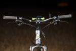 מבחן אופניים מרידה 120-400. שיכוך מלא עם גלגלי 26 אינץ ותקציב של 4,200 שקלים. הקוקפיט נראה מעט עמוס אבל מסודר יפה. אהבתי את החיווי של השיפטרים - כידון מעט צר ועם רייז גבוה. צילום: תומר פדר