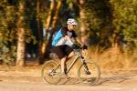מבחן אופניים מרידה 120-400. שיכוך מלא עם גלגלי 26 אינץ ותקציב של 4,200 שקלים. נעימים מאד בשבילים לבנים. כוונו את המתלים לשקיעה גדולה יותר מ-30% ותקבלו רייד מדהים ונוח. צילום: תומר פדר
