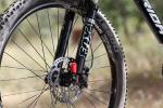 """מבחן אופניים Merida OneForty 3-B. מזלג FOX 32 עם 150 מ""""מ. דרש פרק הרצה ארוך מהרגיל. מורגש מעט פיתול כשלוחצים אותו. רכיבת מבחן על אופני AM מאד מעניינים - אם מבחינת היכולת, והמשרעת הרחבה שלה, ומבחינת התמורה לכסף. לטעמנו אחת הקניות הטובות היום. צילום: תומר פדר"""