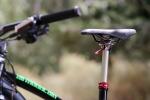 """מבחן אופניים Merida OneForty 3-B. מוט מושב הידראולי של KS - פריט סטנדרטי ואיכותי מאד. משדרג את החבילה ושווה את """"קנס"""" המשקל. רכיבת מבחן על אופני AM מאד מעניינים - אם מבחינת היכולת, והמשרעת הרחבה שלה, ומבחינת התמורה לכסף. לטעמנו אחת הקניות הטובות היום. צילום: תומר פדר"""