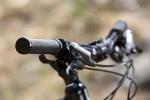 מבחן אופניים Merida OneForty 3-B. הגריפים היו צרים לי מדי וגרמו ליבלות. תיקון קל וזול. רכיבת מבחן על אופני AM מאד מעניינים - אם מבחינת היכולת, והמשרעת הרחבה שלה, ומבחינת התמורה לכסף. לטעמנו אחת הקניות הטובות היום. צילום: תומר פדר