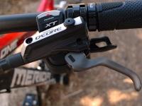מבחן אופניים מרידה 140 XT. מנופי הבלם של קיט XT מאפשרים כיוון המרחק מהכידון - משפר מאד את הנוחות הרכיבה וההתאמה למגוון רחב של רוכבים/בות. צילום: פז בר