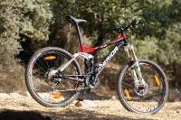 מבחן אופניים מרידה 140 XT. באדום ושחור אופני-השבילים האגרסיביים האלו נראים רציניים. צילום: פז בר