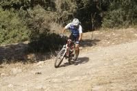 מבחן אופניים מרידה 140 XT. על שביל דרדרת, משובש באבנים שתולות - הדגמה להתחמקות מסלע, תוך-כדי ספיגת האבנים הקטנות יותר. עבודת מתלים מרשימה ושלדה מוצקה המקנה היגוי מדוייק גם בעומסים - כמו אלו. צילום: פז בר