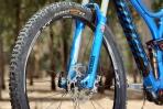 מבחן אופניים Niner RIP9RDO. מזלג רוקשוק רווליישן מהגרסה המתקדמת ביותר, מתאים לא רק בצבע לאופי האופניים אלא גם בפעולתו היעילה. מורגשת מעט גמישות אבל לא ברמה שתפריע בסינגלים. צילום: תומר פדר