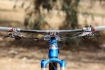 """מבחן אופניים Niner RIP9RDO. קוקפיט מרווח ומסודר יפה. כידון רחב מאד 780 מ""""מ מעניק מנוף מצויין לשליטה והוא גמיש מספיק כדי לתרום עוד קצת לנוחות הרכיבה שמרשימה גם כך.  צילום: תומר פדר"""