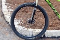 מבחן אופניים נורקו ריבולבר 2. הצמיגים האלו היו עקב אכילס של המבחן כשהציגו אחיזה בינונית למדי. המעצור הקדמי - אוויד 5 - מספק אבל חסרה לנו יותר עוצמה ונשיכה. צילום: פז בר