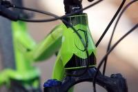 מבחן אופניים נורקו ריבולבר 2. מבט עם ראש ההיגוי המעובה. מיסבים בקטרים שונים מוסיפים לקשיחות ומאפשרים לקבל אותה בפחות מקום. אפשר לראות גם את צינור השלדה העליון הקעור שמפנה מקום לרוכב. צילום: פז בר
