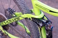 מבחן אופניים נורקו ריבולבר 2. גשר החיזוק של המתלה האחורי מנותב לפני צינור המושב - זה מפנה יותר מקום לגלגל 29 אינץ\' גדול ומאפשר שימוש בתמוכות מושב קצרות יותר. צילום: פז בר