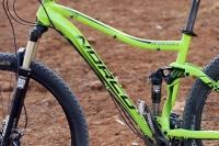 מבחן אופניים נורקו ריבולבר 2. בולם FOX עתיר כיוונים, קראנק SRAM חלול ציר וניתוב לא מדהים של הכבלים. צילום: פז בר