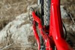 מבחן אופניים Norco Sight Alloy. המתלה האחורי מאסיבי ומוצק מאד במבנהו - ההתרחבות של חלקו האחורי גורמת למגע מדי פעם בעקבים של הרוכב. צילום: תומר פדר