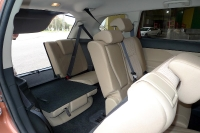 מבחן רכב מיצובישי אאוטלנדר 2013. שבעה מושבים, שורה שלישית מתקפלת לגמרי או בחלקה. הכניסה לא הכי נוחה אבל המרווח סביר בהחלט אפילו לבוגר. צילום: פז בר