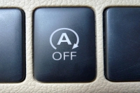 מבחן רכב מיצובישי אאוטלנדר 2013. שבעה מושבים, מצב ECO ומתג start/stop המדומם את המנוע בעצירות קצרות - תורמים לחסכון בדלק בעיקר בכרך. צילום: פז בר