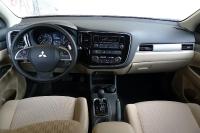 מבחן רכב מיצובישי אאוטלנדר 2013. שבעה מושבים, תא הנהג וסביבת הנוסעים מזוות יותר מבדור היוצא, דורש פרק הסתגלות ועשוי הרבה יותר טוב. צילום: פז בר