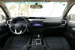 מבחן השוואתי איסוזו דימקס מול מיצובישי מול טויוטה היילקס. תא הנהג והנוסעים של טויוטה היילקס. צילום: נועם עופרן