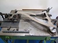 ביקור במפעל PIVOT אריזונה. שולחן עבודה ממפעל היצור בטיוואן נמצא בסדנה אשר מייצרת גם את הכלים היעודיים הנדרשים לביצוע. על השולחן נראית תבנית לדגם עתידי. צילום: רוני נאק