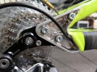 ביקור במפעל PIVOT אריזונה. הנה קונץ חביב: ציר אחורי מתחלף באופני DH המאפשר החלפה מהירה בין גלגלי 26 ו-27.5 מבלי לפגוע בגיאומטריה של השלדה. צילום: רוני נאק