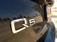 אודי Q5 במבחן שטח  תקריב על לוגו הדגם Q5, מרמז על מערכת ההנעה - קוואטרו - המיתולוגית לשטח צילום פז בר