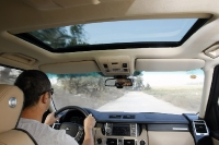 ריינג\' רובר במבחן שטח. הריינג\' רובר של 2012 אינו ספרטני ומסוקס - אלא יספק את צרכיו של הרגיל למכוניות פאר - והוא עמוס בטכנולוגיה וגדג\'טים. צילום: פז בר