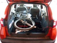 מבחן רכב רנו קפצור. תא המטען גדול משחשבנו אבל האורך הכללי - הקצר - הקשה על העמסת אופניים ואופני הרים בחלל הפנימי. צילום: רמי גלבוע