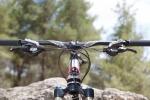 """מבחן אופניים rocky mountain altitude 750. איבזור RACE FACE איכותי, שיפטרים ומעצורים שימאנו SLX, כידון 750 מ""""מ רחב ונוח. צילום: תומר פדר"""
