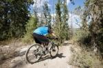 מבחן אופניים rocky mountain altitude 750. שילוב מעולה של מתלים, גיאומטריה ומעצורים חזקים הופכים מורדות תלולים וגינות סלעים למכשולים משעשים. טיפול נהדר בסוגי שטח רבים. צילום: תומר פדר