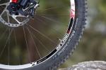 מבחן אופניים rocky mountain altitude 750. סט הגלגלים הזה נהדר ויוצר לפי מפרט של רוקי מאונטיין. הוא תרום רבות לתחושה המוצקה של האופניים. הצמיגים של קונטיננטאל ברוחב 2.4 והיו נהדרים ועמידים בפני תקרים. צילום: תומר פדר