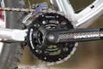 מבחן אופניים rocky mountain altitude 750. מעביר קדמי SRAM X7 קשוח המיוחד לטיפול בשתי פלטות קדמיות, התפעול שלו מעט נוקשה אבל הפעולה של המעביר מצויינת. גל הנעה נאה, קשיח וקל מ-RACE FACE. צילום: תומר פדר