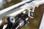 מבחן אופניים rocky mountain altitude 750. תושבת בולם עליונה אקצנטרית - RIDE-9 - מאפשרת שינוי של שיכוך וגיאומטריה בעשרות צורות נוספות. עד 2 מעלות בזווית ההיגוי. מאד מורגש! צילום: תומר פדר