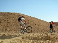 המפגש השנתי של חבורת עז הרים על אופני הרים KONA וטנדר 4X4 שברולט סילברדו. ערן אביבי ירד לסמרבייק וחזר לדבר על זה. צילום: ערן אביבי