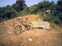 טיול אופניים לסינגלים של אהוד. בין עמיקם להר חורשן, שבילי 4X4 סינגלים מוצלים ומים שקופים. חורבת סינדיאנה בדרך לאהוד 1. צילום: רוני נאק