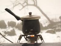 4X4 בשלג. ערכת הקפה מעולם לא הייתה חשובה כל-כך. מה שהוא בעצם הכלי הראשון שיש לשלוף כשנתקעים - הופך ליעד בפני עצמו ומקור חשוב לחום מן החוץ ובתוך הגוף. צילום: רמי גלבוע