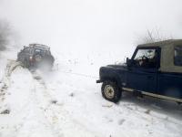 4X4 בשלג. גם טובי הג\'יפאים עלולים למצוא עצמם נעוצים בשלג בוגדני. השלג הופך תוך שניות לקרח מוצק, ורק כננת תוציא אותך מהמלכודת. צילום: רמי גלבוע