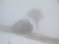 4X4 בשלג.  הערפל מקשה על הראות, השלג הלבן מתעתע; יש להדליק אורות, ולנהוג בזהירות. צילום: רמי גלבוע