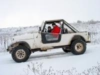 4X4 בשלג. לא מספיק לכם מסע שלג בטויוטה מחוממת? הדיפנדר-ברזנט מפנק מידי עבורכם? צאו אל השלג עם סיקס פתוח, נטול דלתות וחימום... גם את זה כבר עשיתי, ברגעי שיגעון מתקדם... צילום: רמי גלבוע
