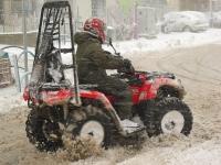 4X4 בשלג. צעירי מג\'דל שאמס מחליקים עם הטרקטורונים ברחובות הכפר, משתעשעים ב\'צלחות\' ודריפטים מסוגננים. צילום: רמי גלבוע