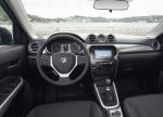 מבחן רכב סוזוקי ויטארה. קונספט עליז במראה ובביצוע. תא הנהג משקף את עיצוב המרכב. תנוחת הנהיגה טובה אבל מושבים אינם נוחים לאורך זמן - המגע של הדשבורד והדיפונים קשה ולא נעים. צילום: סוזוקי